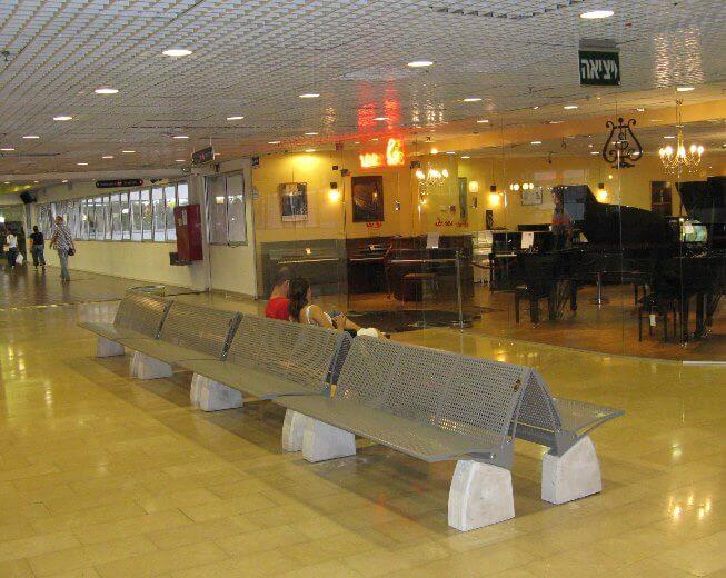ספסלים המיועדים למרחב הציבורי