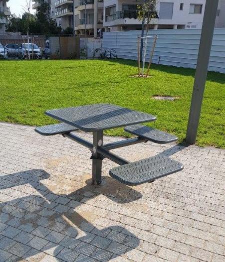 שולחן פיקניק מתכת - נגיש לאנשים עם מוגבלויות