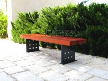 ספסלים לרחובות עשויים מתכת ולוחות עץ.